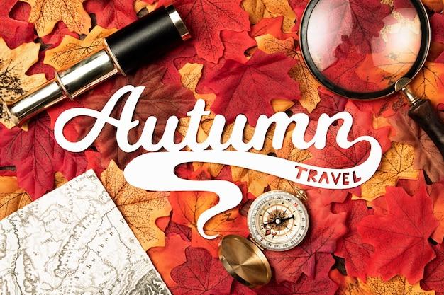 Lettrage de voyage d'automne avec des feuilles
