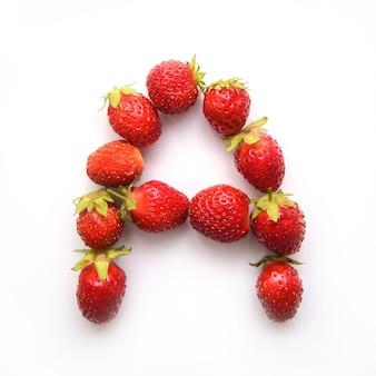 Lettre a de l'alphabet anglais de fraises fraîches rouges sur fond blanc