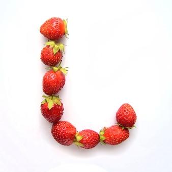 Lettre l de l'alphabet anglais de fraises fraîches rouges sur fond blanc