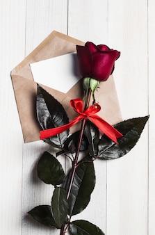 Lettre d'amour enveloppe saint valentin avec carte de voeux fête des mères rose rouge