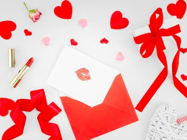Lettre d'amour avec marque de rouge à lèvres