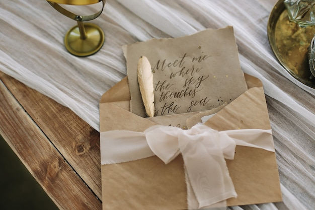 Lettre d'amour romantique avec écriture manuscrite vintage et enveloppe et stylo plume sur la table