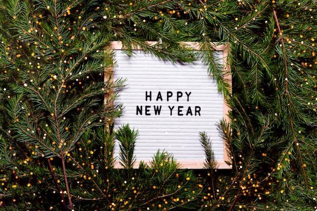 Lettre board nouvel an et concept de noël. décorations de noël de fond de vue horizontale de dessus et arbre à fourrure.