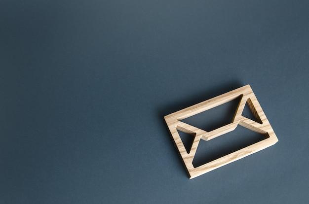 Lettre en bois enveloppe contact concept correspondance postale mail notification