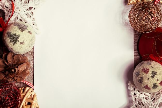 Lettre à côté d'ornements de noël dans le ton vintage. courrier au père noël