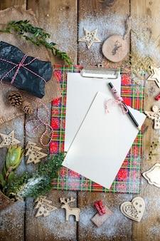 Lettre du père noël sur une table en bois, cadeau et décoration de noël et neige