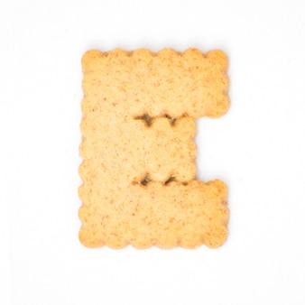 Lettre e faite de biscuit de biscuit isolé sur fond blanc