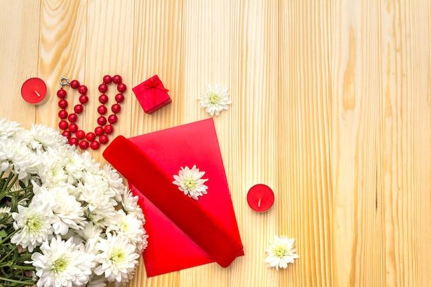 Lettre, étui, bougies et fleurs