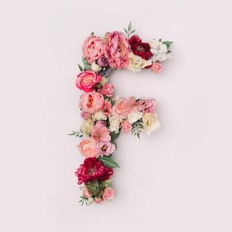 Lettre f faite de vraies fleurs et feuilles naturelles. concept de police de fleur. collection unique de lettres et de chiffres. idée créative pour le printemps, l'été et la saint-valentin.