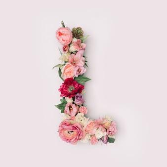 Lettre l faite de vraies fleurs et feuilles naturelles. concept de police de fleur. collection unique de lettres et de chiffres. idée créative pour le printemps, l'été et la saint-valentin.