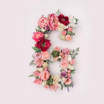 Lettre g faite de vraies fleurs et feuilles naturelles. concept de police de fleur. collection unique de lettres et de chiffres. idée créative pour le printemps, l'été et la saint-valentin.