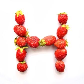 Lettre h de l'alphabet anglais de fraises fraîches rouges sur fond blanc