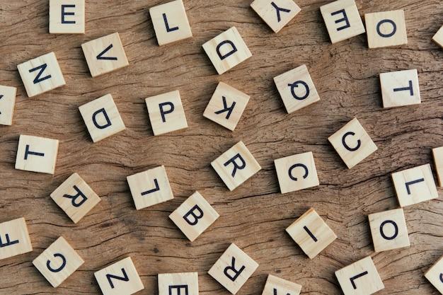 Lettre imprimée à la lettre blocs sur table en bois