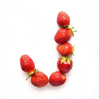 Lettre j de l'alphabet anglais de fraises fraîches rouges sur fond blanc