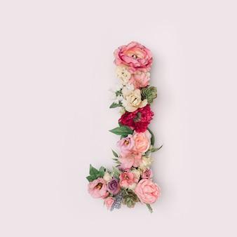 Lettre j faite de vraies fleurs et feuilles naturelles. concept de police de fleur. collection unique de lettres et de chiffres. idée créative pour le printemps, l'été et la saint-valentin.