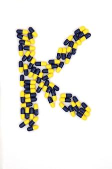 La lettre k alphabet faite de capsules médicales