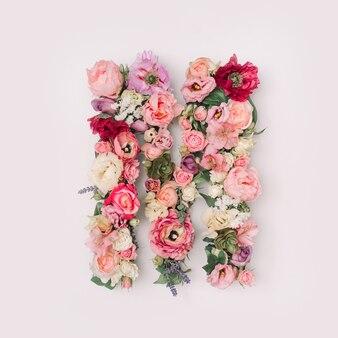 Lettre m faite de vraies fleurs et feuilles naturelles. concept de police de fleur. collection unique de lettres et de chiffres. idée créative pour le printemps, l'été et la saint-valentin.