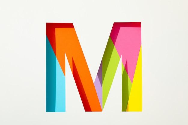 Lettre m multicolore sur fond blanc