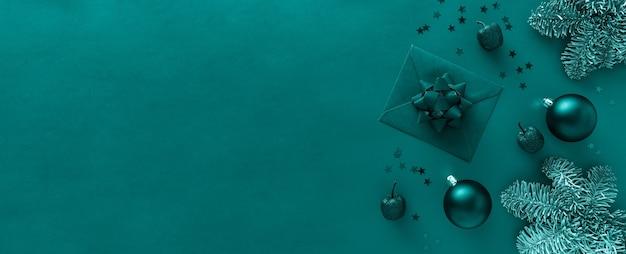 Lettre de noël, branches d'arbres de noël, boules, décorations sur la surface verte de marée