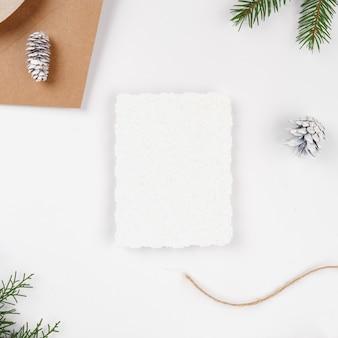 Lettre de noël avec enveloppe en papier craft avec des branches de sapin