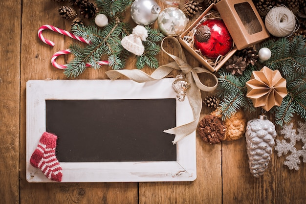 Lettre de noël, liste, félicitations pour un fond en bois. espace libre, maquette du nouvel an.