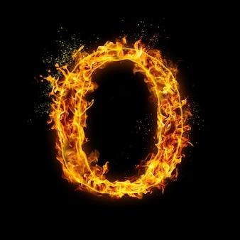 Lettre o. feu flammes sur effet de feu noir et réaliste avec des étincelles.