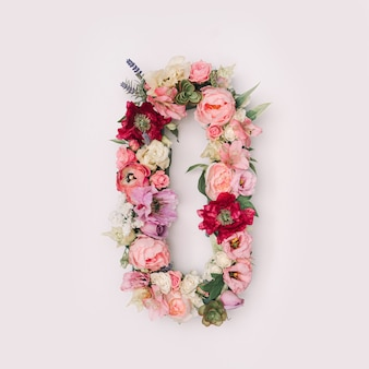 Lettre o ou numéro 0 en vraies fleurs et feuilles naturelles. concept de police de fleur. collection unique de lettres et de chiffres. idée créative pour le printemps, l'été et la saint-valentin.