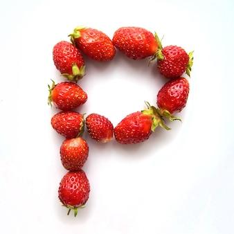 Lettre p de l'alphabet anglais de fraises fraîches rouges sur fond blanc