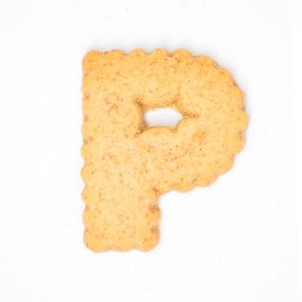 Lettre p faite de biscuit de biscuit isolé sur fond blanc