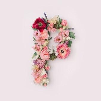 Lettre p faite de vraies fleurs et feuilles naturelles. concept de police de fleur. collection unique de lettres et de chiffres. idée créative pour le printemps, l'été et la saint-valentin.