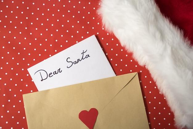 Lettre pour le père noël dans une enveloppe.