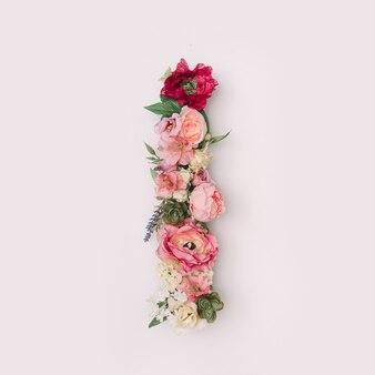 Lettre que j'ai faite de vraies fleurs et feuilles naturelles. concept de police de fleur. collection unique de lettres et de chiffres. idée créative pour le printemps, l'été et la saint-valentin.