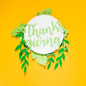 Lettre de remerciement en papier sur un cercle blanc