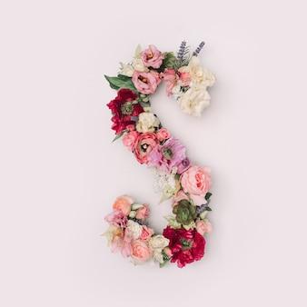 Lettre s faite de vraies fleurs et feuilles naturelles. concept de police de fleur. collection unique de lettres et de chiffres. idée créative pour le printemps, l'été et la saint-valentin.