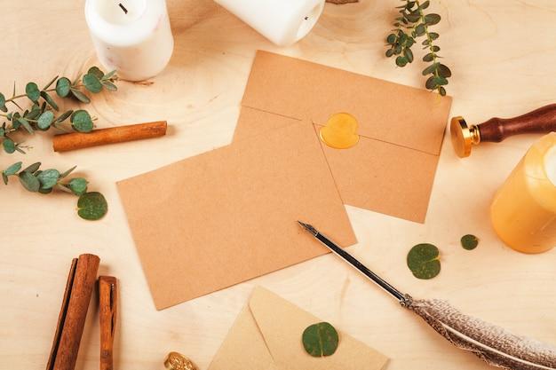 Lettre saisonnière avec un stylo plume vintage sur fond en bois