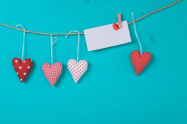 Lettre suspendu à une corde avec des coeurs