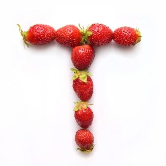 Lettre t de l'alphabet anglais de fraises fraîches rouges sur fond blanc