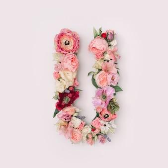 Lettre u faite de vraies fleurs et feuilles naturelles. concept de police de fleur. collection unique de lettres et de chiffres. idée créative pour le printemps, l'été et la saint-valentin.