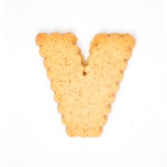 Lettre v faite de biscuit de biscuit isolé sur fond blanc