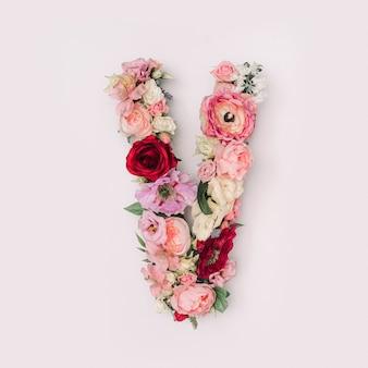 Lettre v faite de vraies fleurs et feuilles naturelles. concept de police de fleur. collection unique de lettres et de chiffres. idée créative pour le printemps, l'été et la saint-valentin.