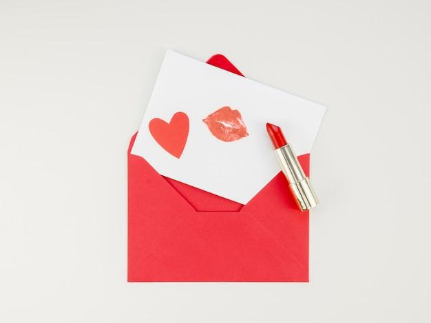 Lettre valentine avec marque de rouge à lèvres