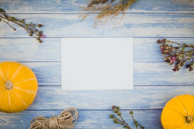 Lettre vide blanche avec citrouilles d'automne