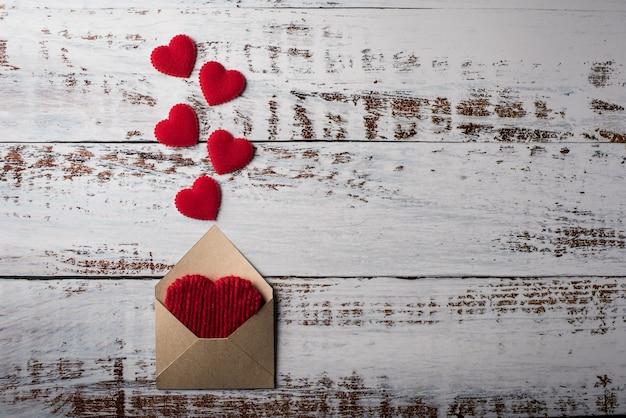 Lettre vierge sur fond de bois, concept de saint valentin