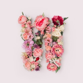 Lettre w faite de vraies fleurs et feuilles naturelles. concept de police de fleur. collection unique de lettres et de chiffres. idée créative pour le printemps, l'été et la saint-valentin.