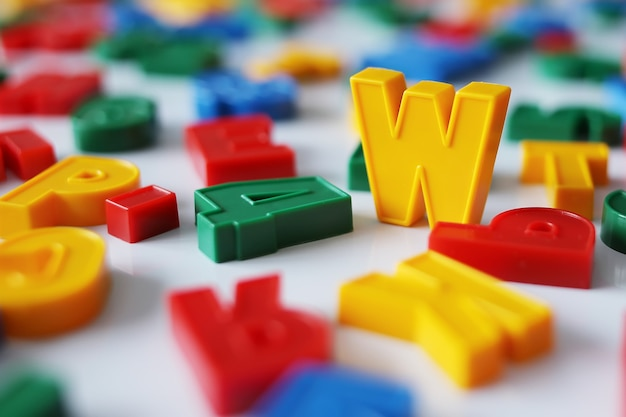 Lettre w parmi les lettres de l'alphabet coloré avec aimant