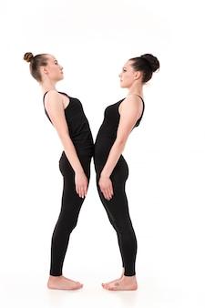 La lettre x formée par les corps des gymnastes
