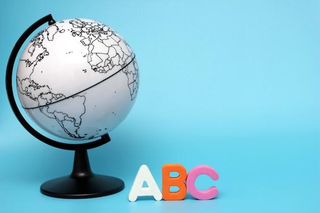 Lettres de l'alphabet abc anglais à côté du globe noir et blanc