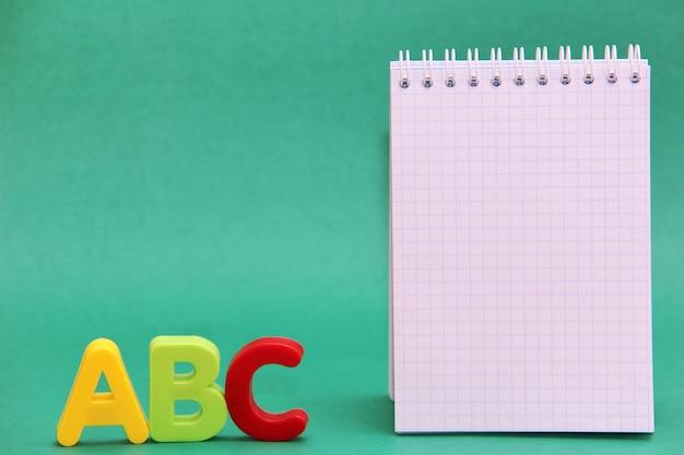 Lettres de l'alphabet anglais abc à côté du bloc-notes