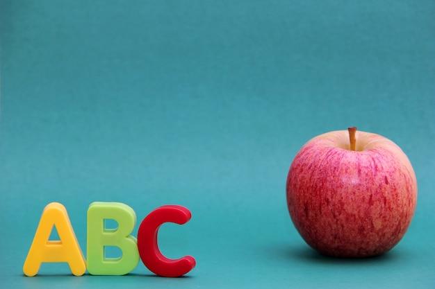 Lettres de l'alphabet anglais abc à côté de la pomme.