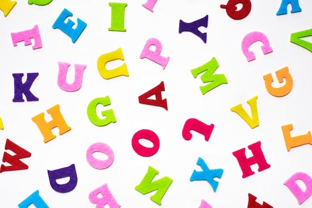 Lettres de l'alphabet anglais sur motif de fond blanc.